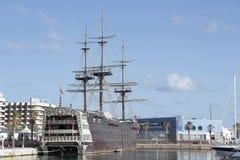 Kopia av den spanska krigsskeppet Santisima Trinidad i den alicante hamnen Royaltyfria Bilder