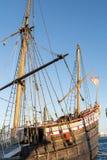 Kopia av det historiska seglingskeppet som förtöjas som turist- dragning på fotografering för bildbyråer