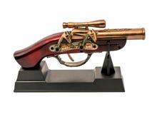 Kopia av ett gammalt vapen med trähandtaget på en ställning som isoleras på vit bakgrund Royaltyfria Foton