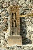 Kopia av ett snidit medeltida khachkar från Jugha som installeras längs en brant väg, nära enstenlagd vägg som leder till kloster fotografering för bildbyråer