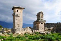 Kopia av Harpiesmonumentet och en pelargravvalv på Xanthos Royaltyfria Foton