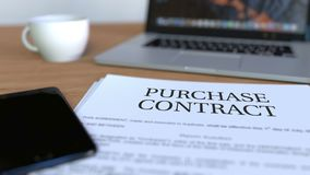 Kopia av köpekontraktet på skrivbordet framförande 3d royaltyfri fotografi