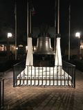 Kopia av Liberty Bell utanför Hall av presidenter, Disney värld Arkivbild
