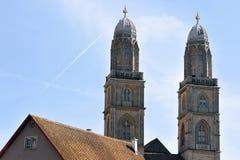 Kopia góruje Grossmunster kościół w Zurich Szwajcaria zdjęcia stock
