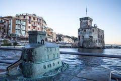 Kopia kasztel na morzu Rapallo, Genova, Włochy i oryginalny Caslte na zamazanym tle, genua, obrazy royalty free