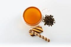 Kopia popierał kogoś ścienną szklaną filiżankę zielona herbata z cukierkami i ciastkami pełno obrazy royalty free