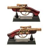 Kopia starzy pistolety z drewnianą rękojeścią na stojaku odizolowywającym na białym tle obraz stock