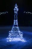 Kopia wieża eifla dekorująca z girlandą zdjęcie royalty free