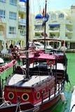 kopian piratkopierar skeppet i den Benalmadena marina, Costa del Sol, Spanien Arkivfoton