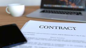 Kopie des Vertrages auf dem Schreibtisch stock video footage