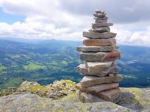 kopiec &-x28; Inukshuk rocks&-x29; przy wierzcho?kiem losu angeles Rhune g?ra w Atlantyckich Pyrenees Granica mi?dzy Hiszpania i  obrazy royalty free