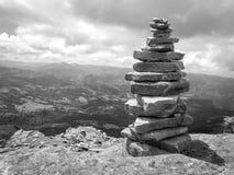 kopiec &-x28; Inukshuk rocks&-x29; przy wierzcho?kiem losu angeles Rhune g?ra w Atlantyckich Pyrenees Granica mi?dzy Hiszpania i  fotografia stock