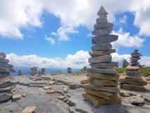 kopiec &-x28; Inukshuk rocks&-x29; przy wierzcho?kiem losu angeles Rhune g?ra w Atlantyckich Pyrenees Granica mi?dzy Hiszpania i  zdjęcia royalty free