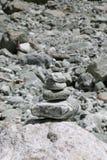 Kopiec jest istotą ludzką robić wypiętrza lub sterta kamienie Milford dźwięka wędrówka, Nowa Zelandia Obraz Royalty Free