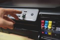 Kopieerapparaatconcept - de drukknop van de Bedrijfsmensenhand op paneel op printerinkt voor de machinelevering van het scannerex stock foto's