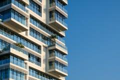 Kopienraum der modernen errichtenden Fassade und des blauen Himmels lizenzfreies stockfoto