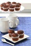 Kopienraum des Nachtischs der Schokoladenkleinen kuchen vertikaler stockfotografie