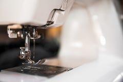 Kopienraumfachwerk mit nähenden Werkzeugen und Zusätzen, traditionelles Geschäft, Fabrik, manuelle Arbeit des Konzeptes, Arbeitsp stockbild