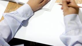 Kopienraumhintergrund-Bildungsstudent wird Schreiben auf weißem PET Stockbilder