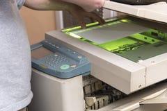 Kopiera och avläsande dokument på en maskin Arkivfoto