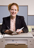 kopierande kontorspapperen för affärskvinna Arkivbild
