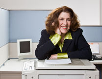 kopierande kontorspapperen för affärskvinna Royaltyfri Foto