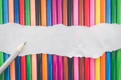 Kopieren Sie Farbbleistifte Beschaffenheit und Hintergrund mit Papier Lizenzfreies Stockfoto