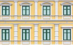 Kopieren Sie grünes Weinleseartfenster auf gelber Wand Lizenzfreies Stockfoto