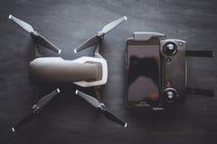 Kopieren Sie Platz Innovationsphotographiekonzept Kameradfarbe Ein neues schwarzes Brummen auf einer schwarzen Tabelle lizenzfreies stockbild
