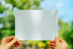 Kopieren Sie Raum des Weißbuches auf Naturhintergrund lizenzfreie stockfotografie