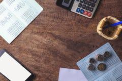 kopieringsutrymme med räknemaskinen Bankbok, tomt papper och mynt på w arkivbild