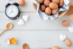 kopieringsutrymmeram för text på det vita köksbordet med nya rå ägg, ägg för gul äggula, vitt hjärtaformtecken arkivfoton