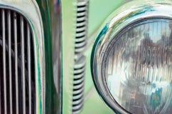 Koplamp en radiator van oude retro auto dichte omhooggaand royalty-vrije stock afbeeldingen