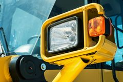 Koplamp globaal opgezet op een tractor stock afbeelding
