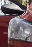 Koplamp met geleide lampen en kap van rode moderne auto stock foto's