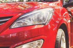 Koplamp met geleide lampen en kap van rode moderne auto stock fotografie