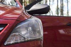 Koplamp met geleide lampen en kap van rode moderne auto royalty-vrije stock fotografie