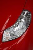 Koplamp op een rode auto Stock Foto's