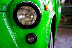 Koplamp van antieke oude auto, detail op de koplamp van een uitstekende auto Selectieve nadruk stock foto