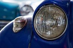 Koplamp van antieke oude auto, detail op de koplamp van een uitstekende auto Selectieve nadruk stock fotografie