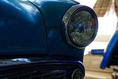 Koplamp van antieke oude auto, detail op de koplamp van een uitstekende auto Selectieve nadruk royalty-vrije stock fotografie