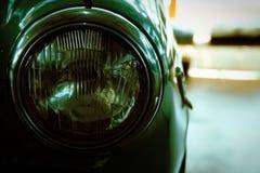 Koplamp van antieke oude auto, detail op de koplamp van een uitstekende auto Selectieve nadruk stock afbeeldingen
