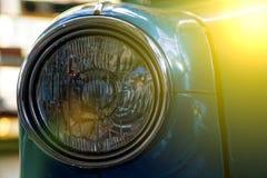 Koplamp van antieke oude auto, detail op de koplamp van een uitstekende auto Selectieve nadruk royalty-vrije stock foto