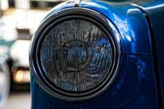 Koplamp van antieke oude auto, detail op de koplamp van een uitstekende auto Selectieve nadruk stock foto's