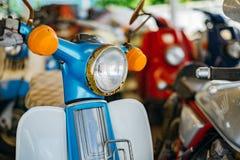 Koplamp van blauwe oude motorfiets royalty-vrije stock afbeeldingen
