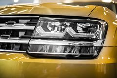 Koplamp van de grote moderne auto van SUV met geleide en xenonoptica Stock Afbeelding