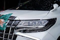 Koplamp 16 van de hand schoonmakende auto stock foto's