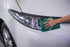 Koplamp 1 van de hand schoonmakende auto stock afbeelding