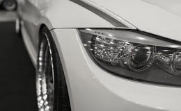 Koplamp van een moderne sportwagen De voorlichten van de auto en de legering rijden Moderne Auto buitendetails stock afbeeldingen