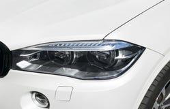 Koplamp van een moderne sportwagen De voorlichten van de auto Moderne Auto buitendetails royalty-vrije stock afbeeldingen
